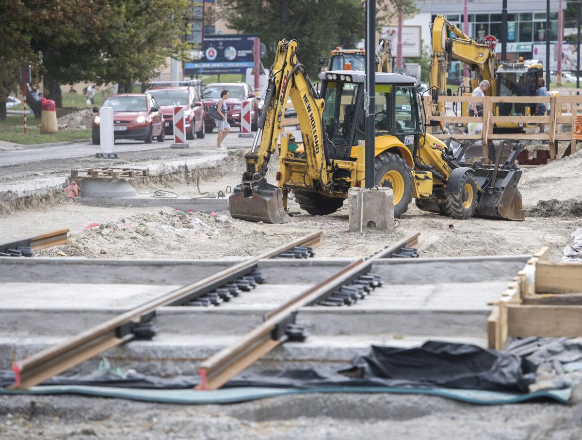 Stavebný ruch na električkovej trati v Novom Meste
